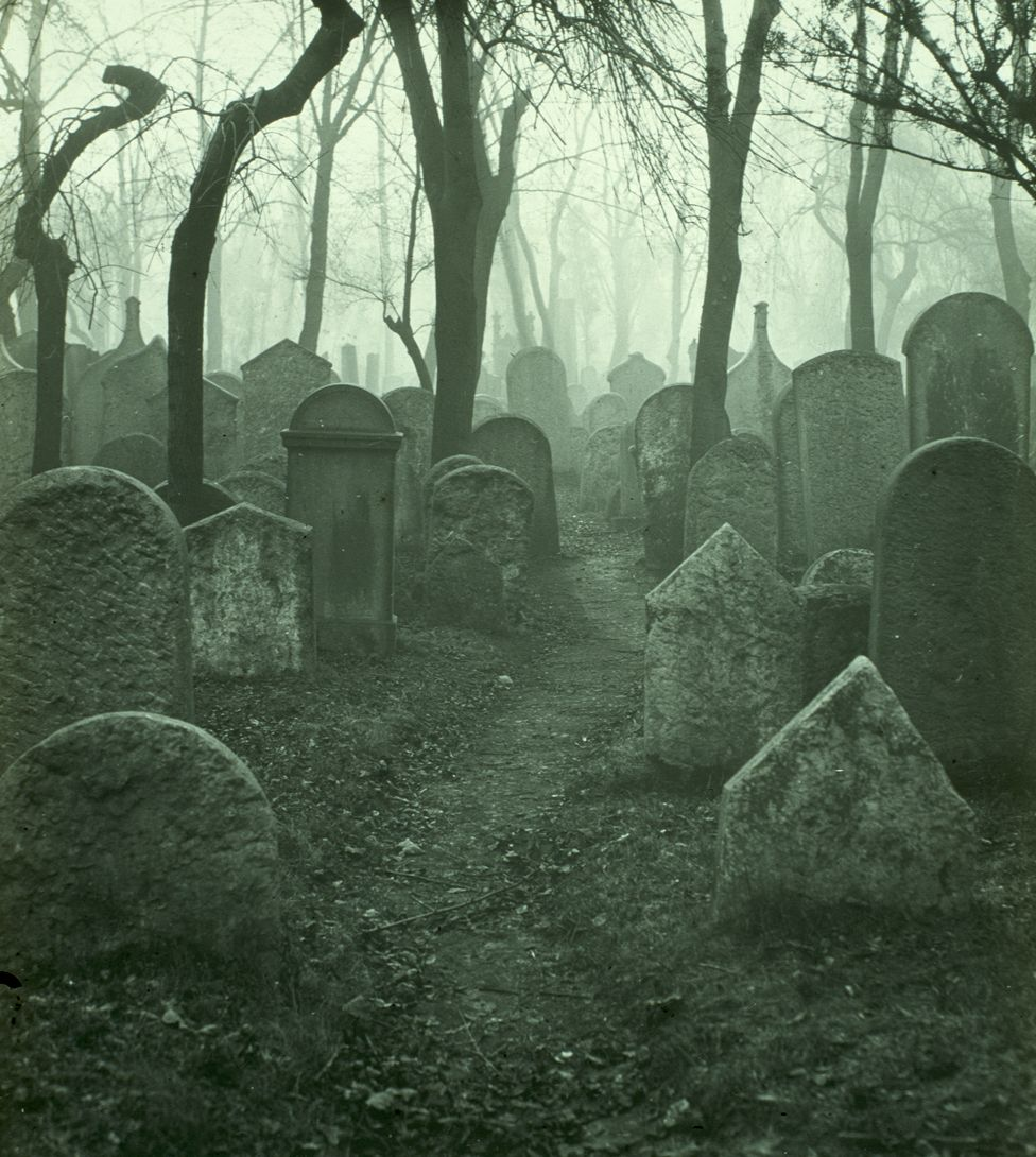 The old Jewish cemetery in Prague, in 1904 (Scheufler collection)