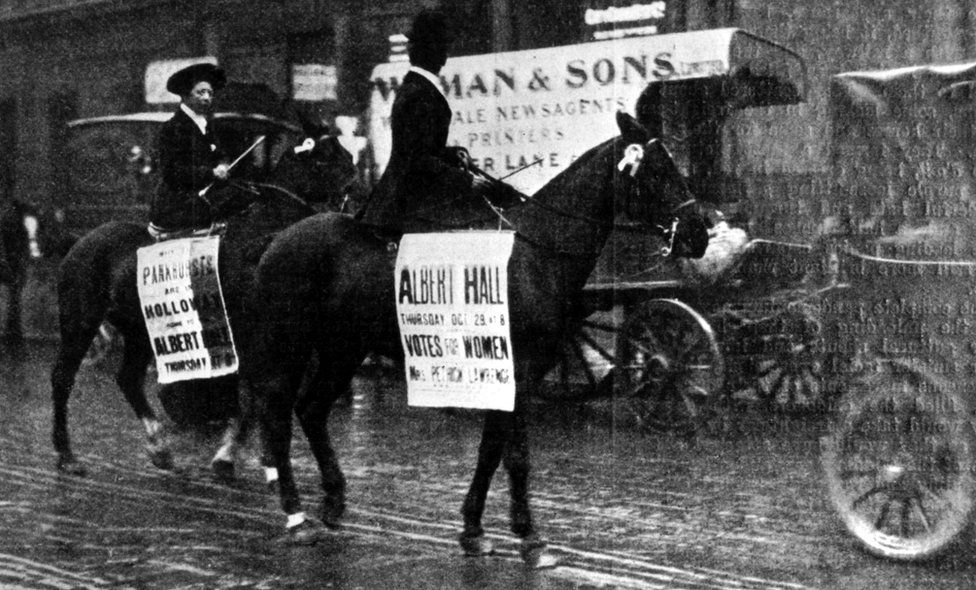 Women's equestrian parade in the streets of London, calling for a suffragettes' meeting at the Albert Hall