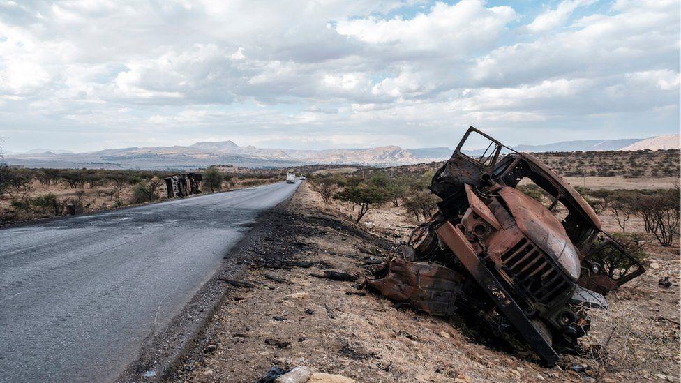 Un véhicule militaire endommagé gît sur le bord de la route au nord de Mekelle, la capitale du Tigray, le 26 février 2021