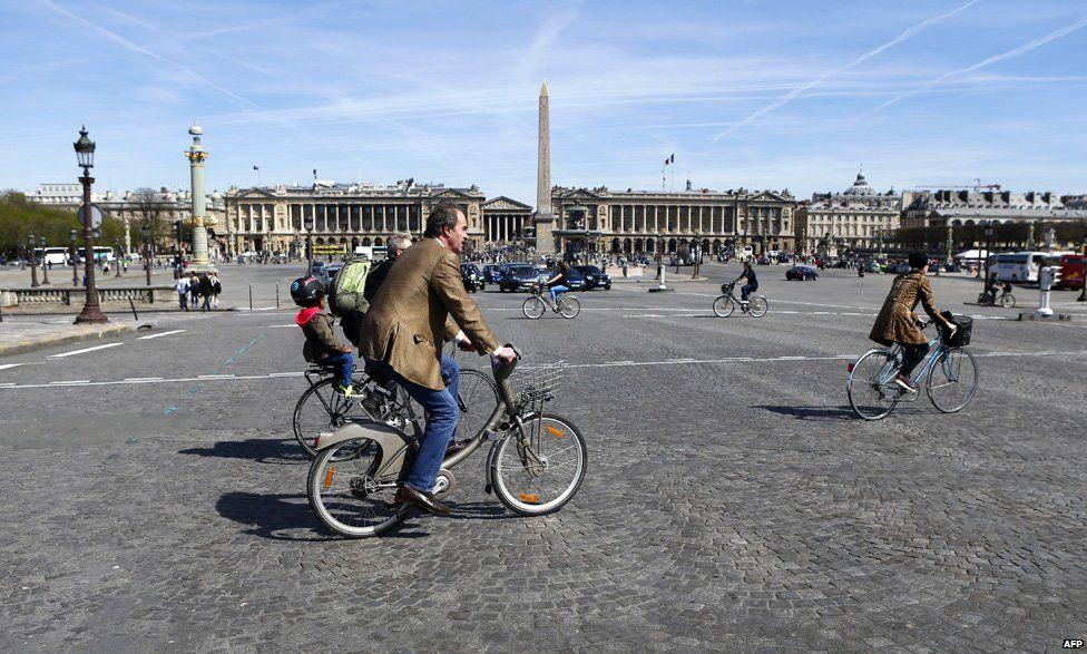 Cyclists at Place de la Concorde