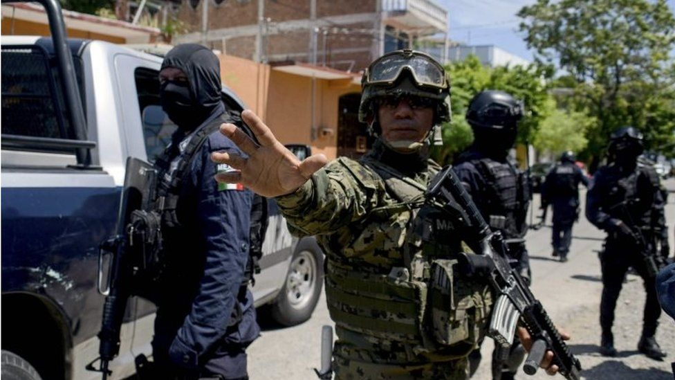 Mexican Navy members and federal policemen take part in an operation in Acapulco, on September 25, 2018