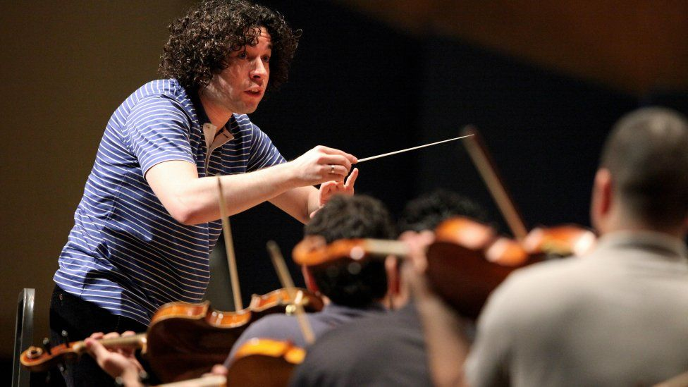 Gustavo Dudamel (L) conducts musicians of El Sistema during a rehearsal in Caracas on June 3, 2009