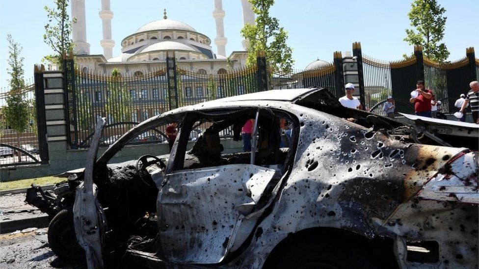 People look at destroyed cars outside the presidential palace in Ankara (16/07/2016)