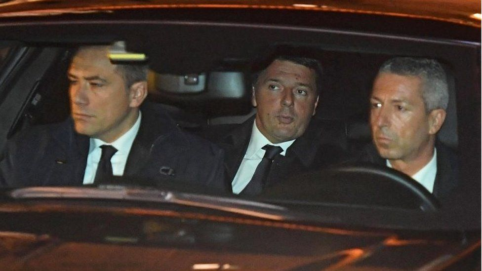 Italian PM Matteo Renzi (c) arrives by car at the Quirinale Palace on 5 December 2016