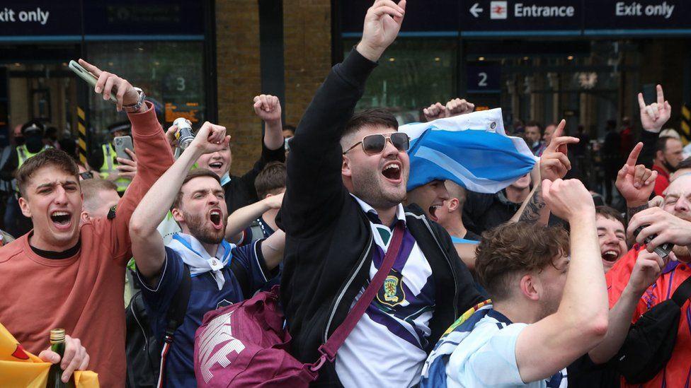 fans arrive at King's Cross Station