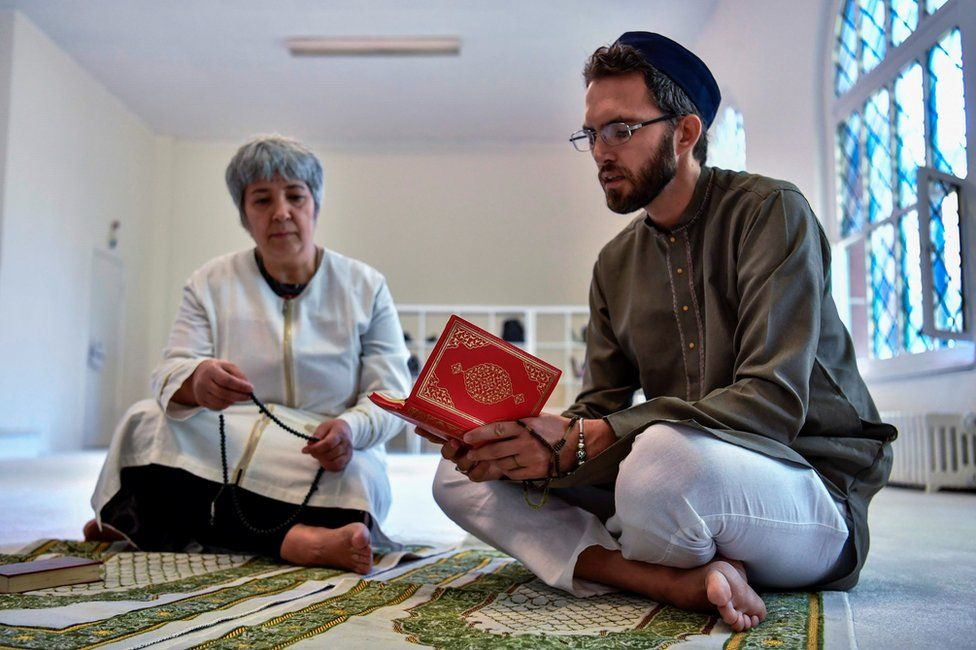 Openly gay French imam Ludovic-Mohamed Zahed (R) and German-Turkish lawyer Seyran Ates in Berlin, 28 July