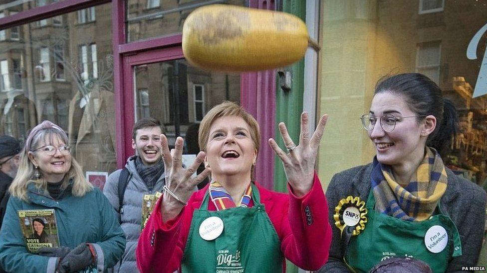 Nicola Sturgeon on a visit to a greengrocers in Edinburgh