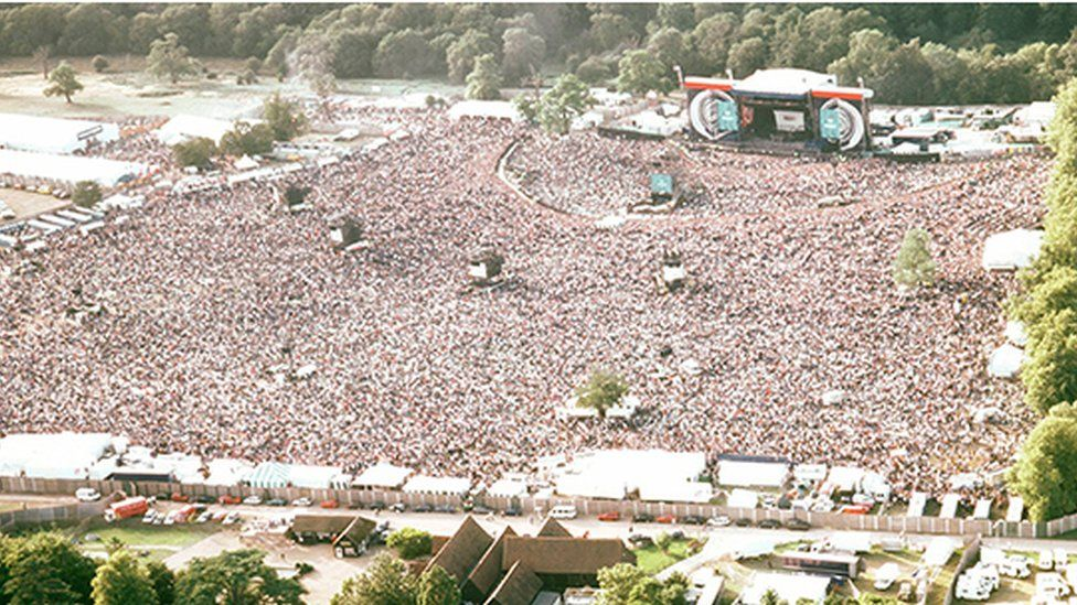 The Oasis crowd at Knebworth