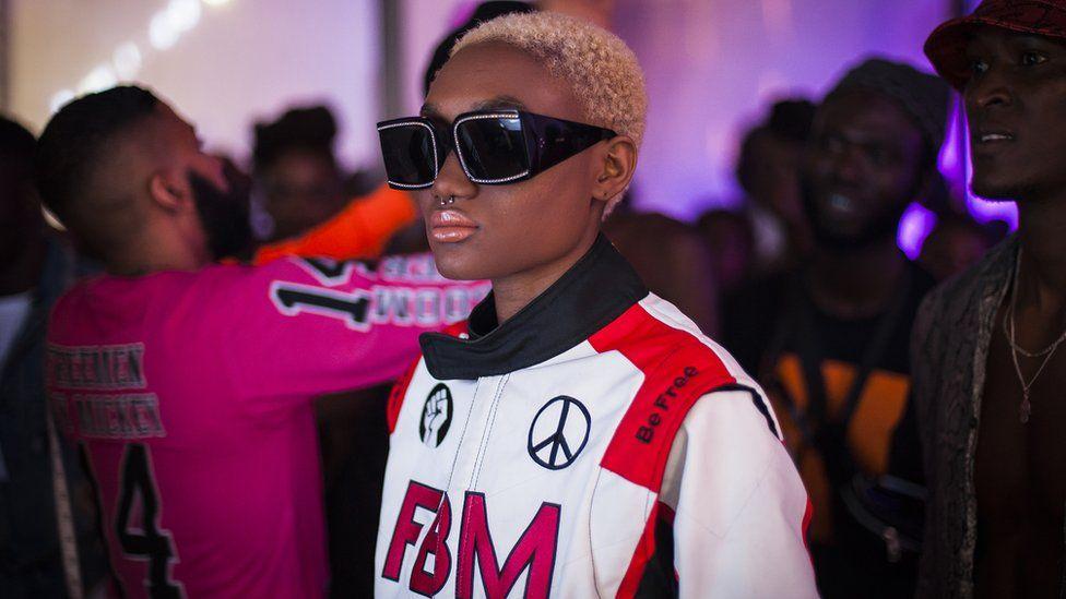 Un mannequin en coulisses dans les coulisses de la Fashion Week de Dakar à Dakar, au Sénégal, avec des bombardiers et des lunettes de soleil