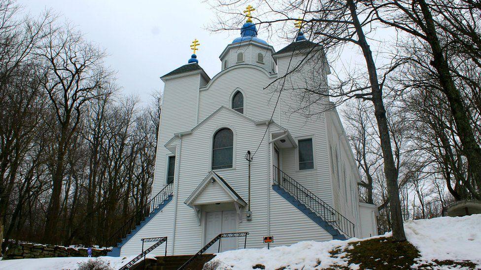 Церкву збудували на крутому пагорбі, що здіймається над Cентралією