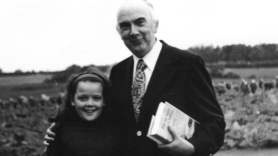 Tecwyn Roberts gyda Nia Roberts Ysgol Parc y Bont yn 1974