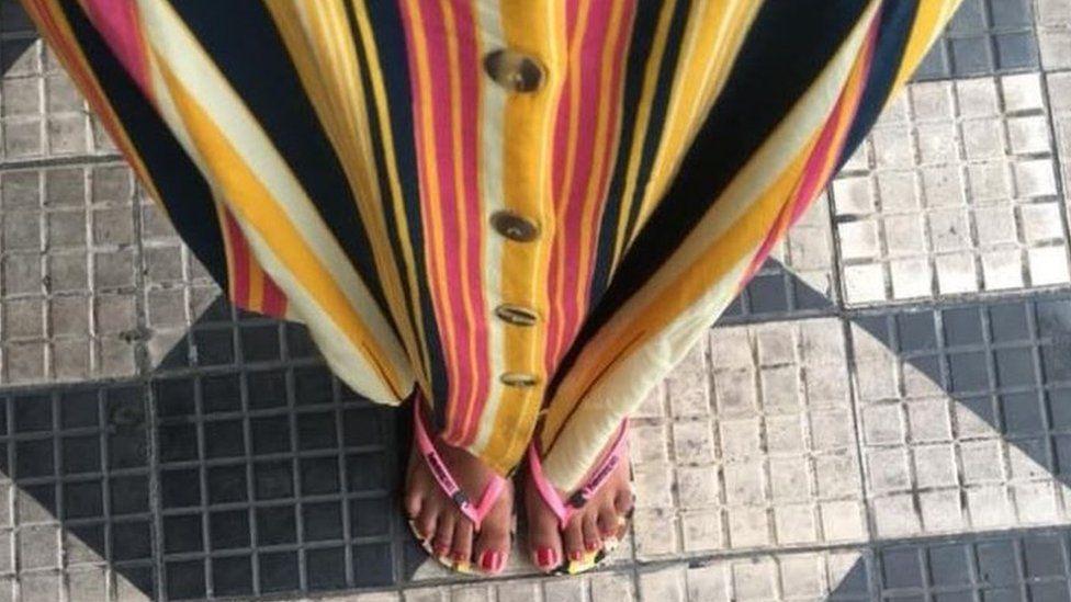 A estudante negra que não pode usar chinelos: 'Se eu estiver bem vestida, se sentem obrigados a me tratar bem'