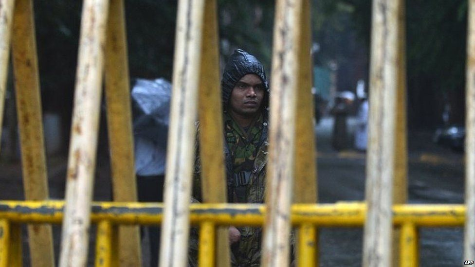 A Sri Lanka Special Task Force (STF) soldier stands guard outside a election counting centre in Colombo (17 August 2015)