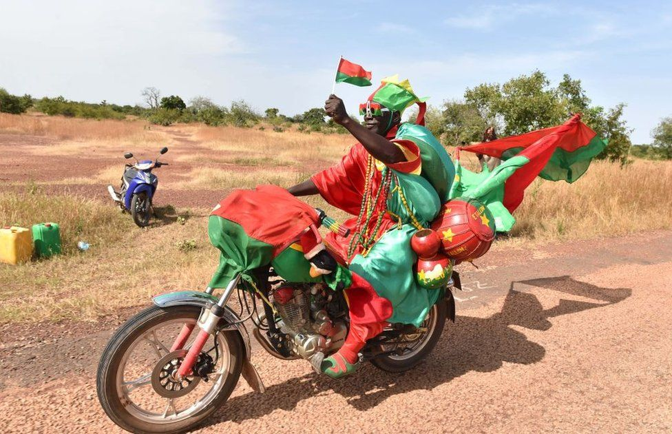 A cycling fan passes on October 30, 2018 near the Yako village, near Ouahigouya, northen Burikna Faso, after taking part in the 5th stage of the Burkina Faso's cycling tour.