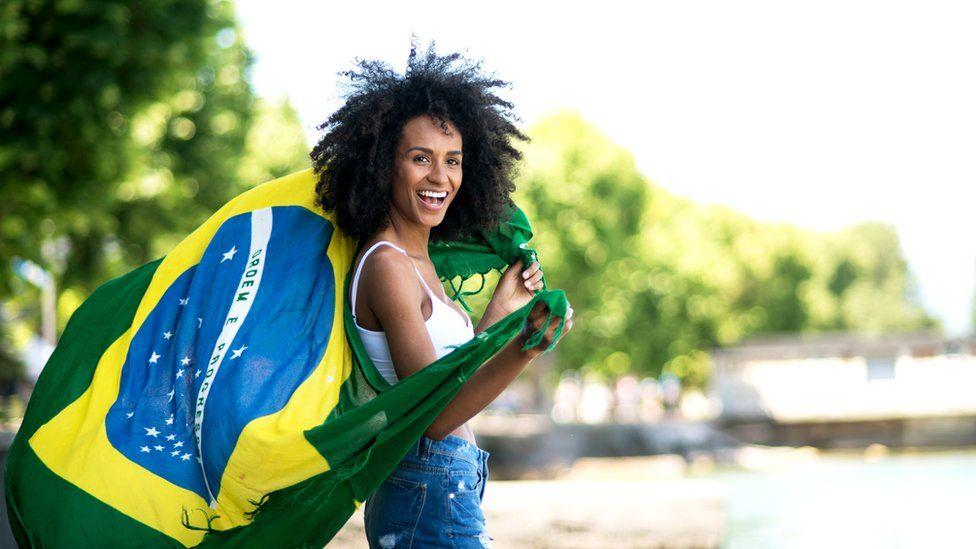 Радостная девушка с бразильским флагом