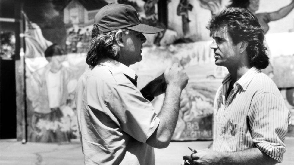 Donner talks with Mel Gibson on set of Lethal Weapon