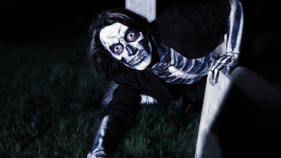 Покойник, вылезающий из могилы