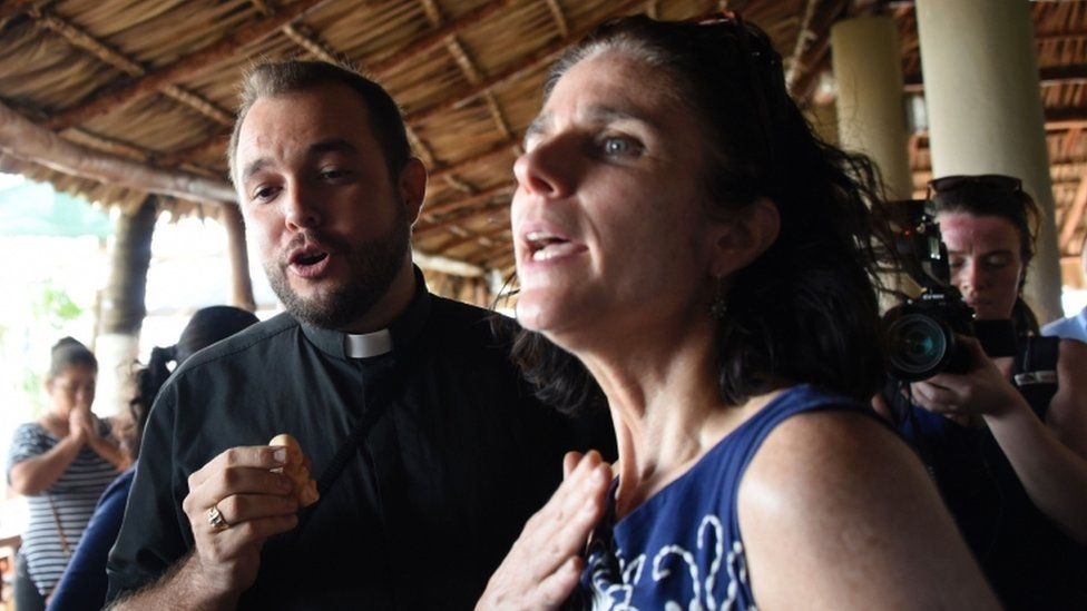 Rebecca Gomperts (R), founder of the Dutch organization Women on Waves, speaks with seminarian Gil Hernandez after a press conference at the Pez Vela Marina in the port of San Jose