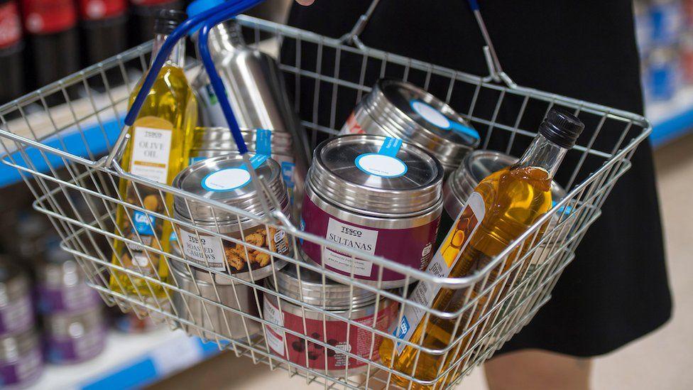 Корзина для покупок с продуктами Tesco в многоразовой упаковке