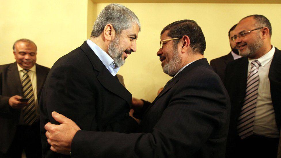 Hamas leader Khaled Meshaal (L) meets Egyptian President Mohammed Morsi in Cairo on 21 January 2012