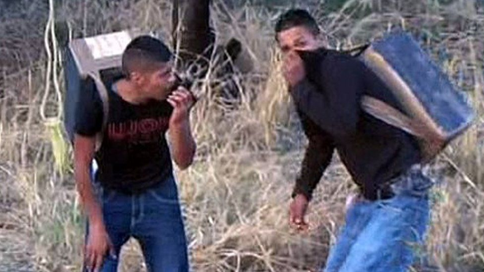 Suspected drug smugglers on the US-Mexico border (16 March 2016)