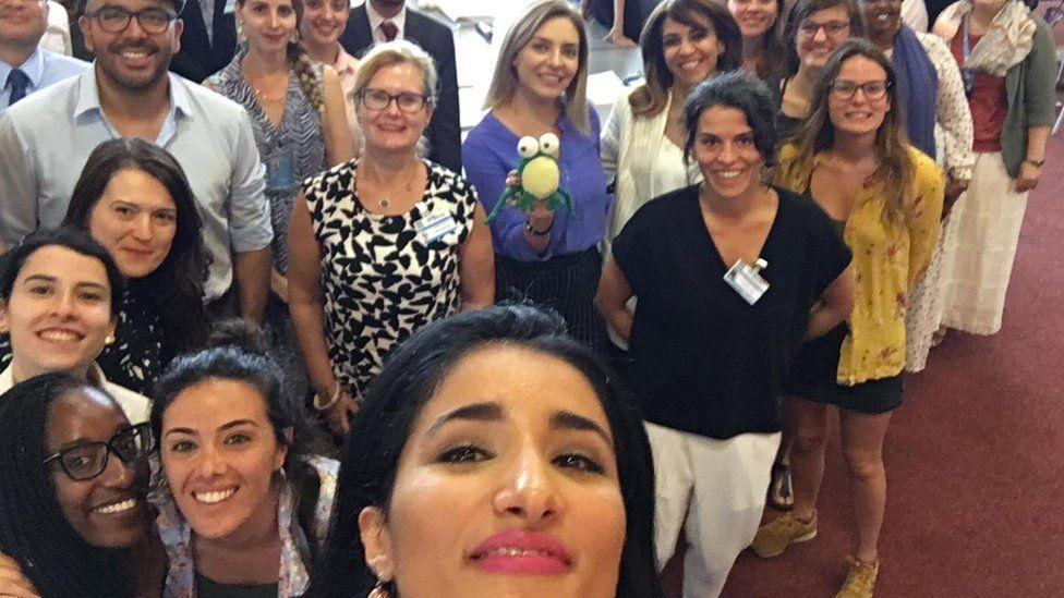 Fadak Alfayadh and a crowd pose for a selfie