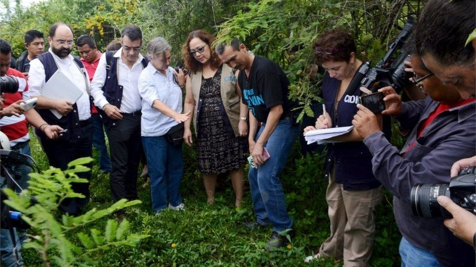 Officials from the Inter-American Commission on Human Rights (IACHR), tour an area in Iguala where mass graves were found last year. (30/09/2015)