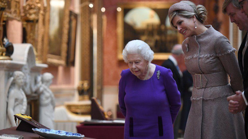Queen Elizabeth accompanies Queen Maxima of the Netherlands