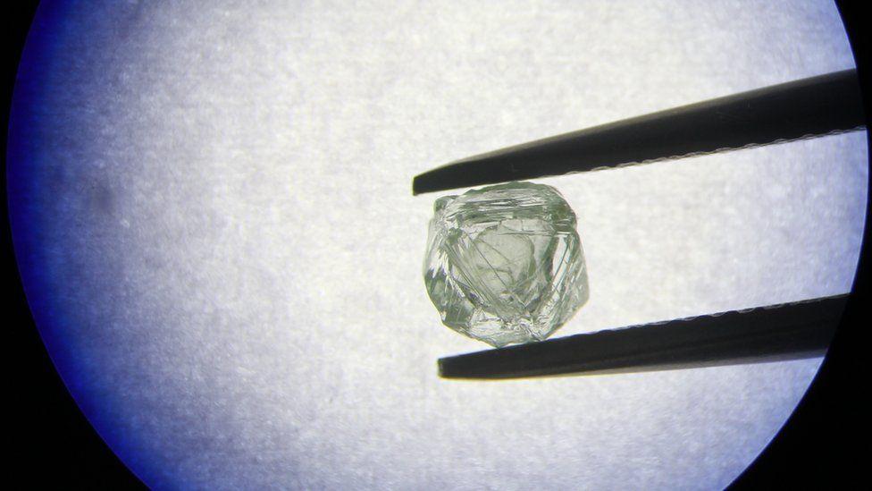 """""""Una creación única"""": el rarísimo diamante hallado en Siberia que esconde otro diamante en su interior"""