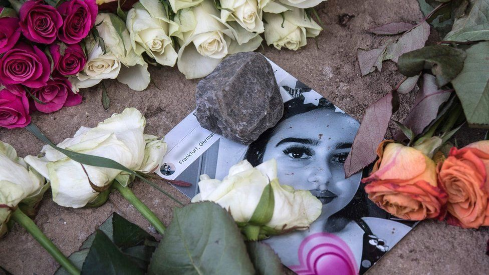 A picture of Susanna Maria Feldman is placed among flowers