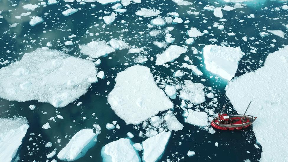 El hielo se está derritiendo en Groenlandia.