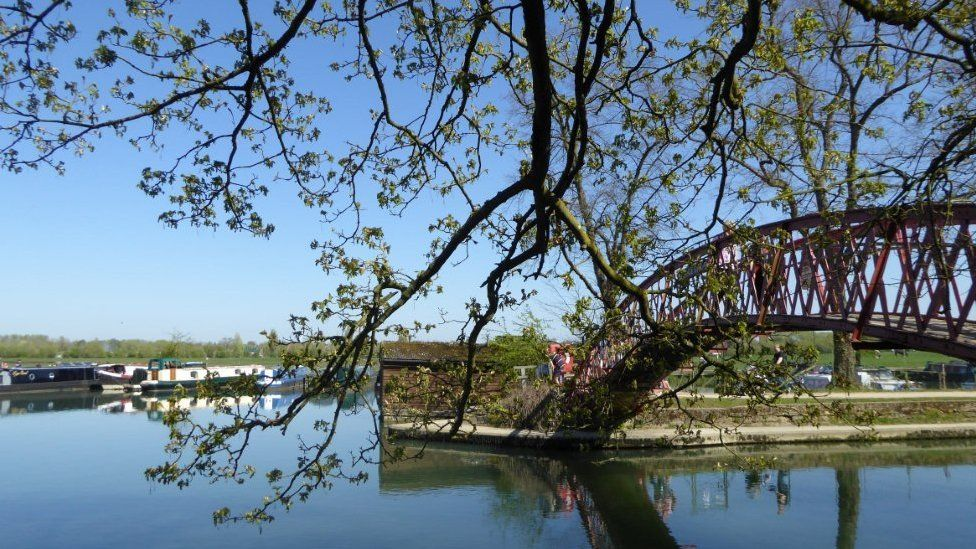 Photos taken on a lovely walk in the spring sunshine on the towpath from Osney Island to Eynsham