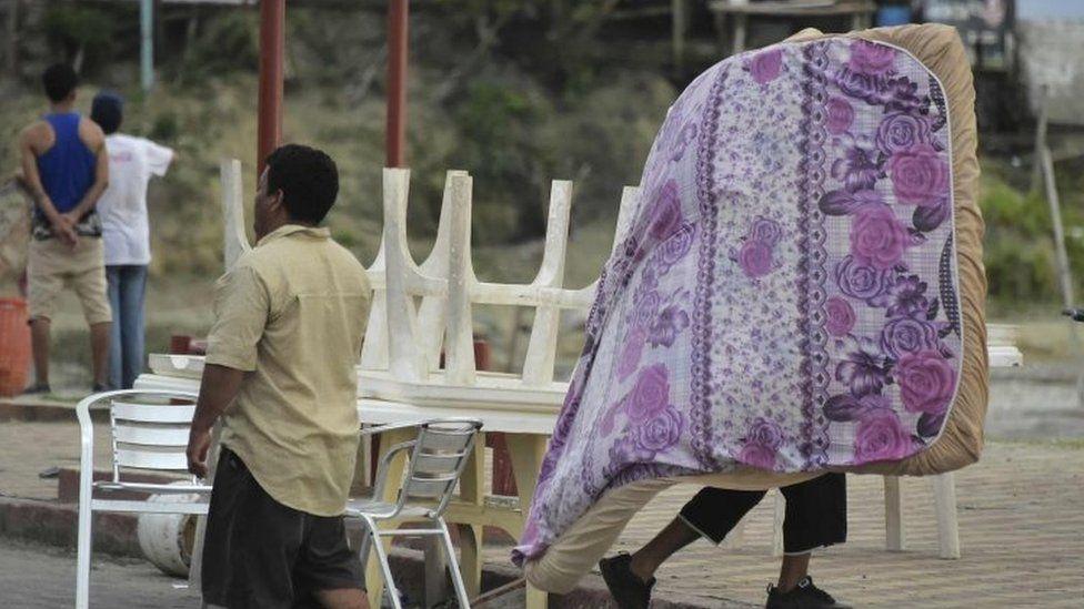 A man carries a mattress in Pedernales (18 April 2016)
