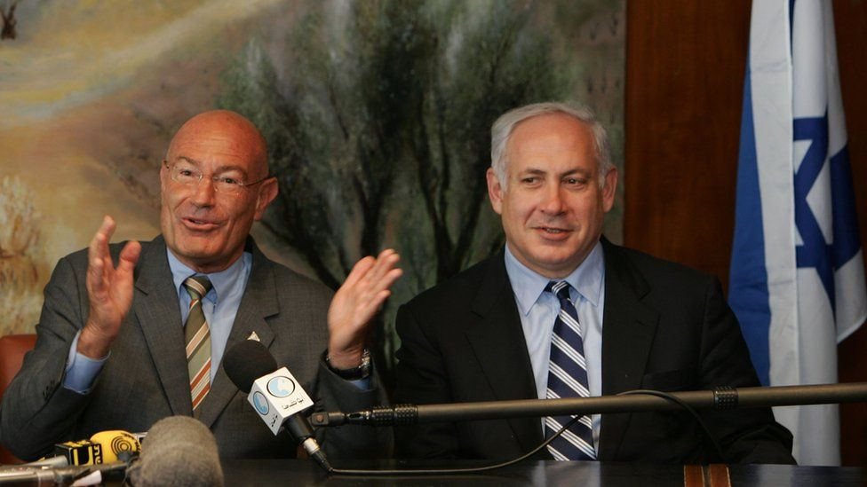 File photo showing Arnon Milchan and Benjamin Netanyahu (28 March 2005)
