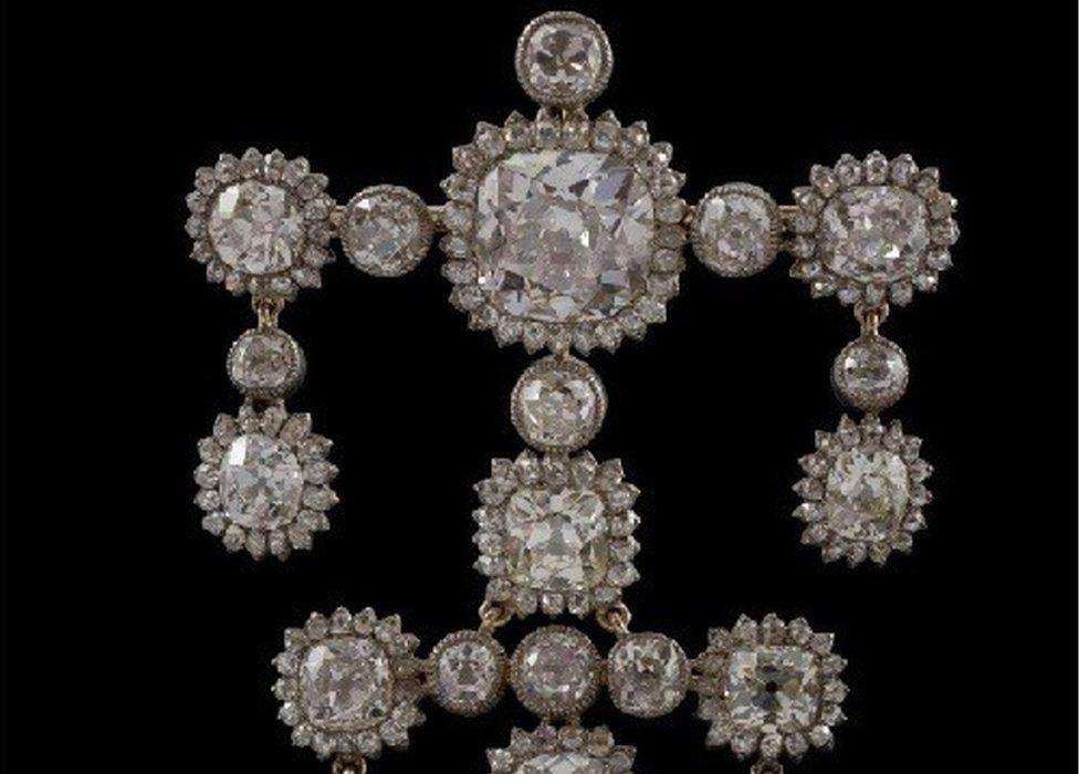 Diamond drops and other pendant diamonds