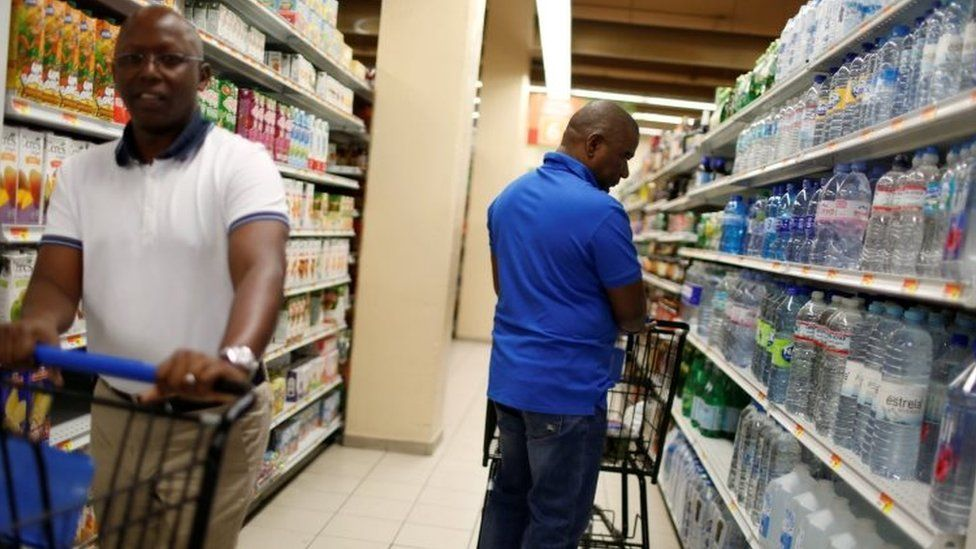 People in a supermarket ahead of the arrival of Hurricane Matthew in Port-au-Prince (02 October 2016)