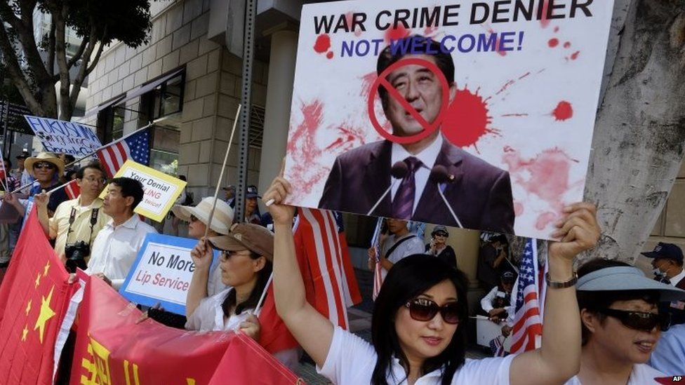 Demonstrators gather in Los Angeles during a visit by Japanese Prime Minister Shinzo Abe (1 May 2015.)