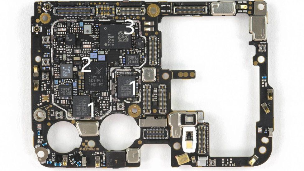 One side of the P30 Pro motherboard (picture provided by iFixIt.com)