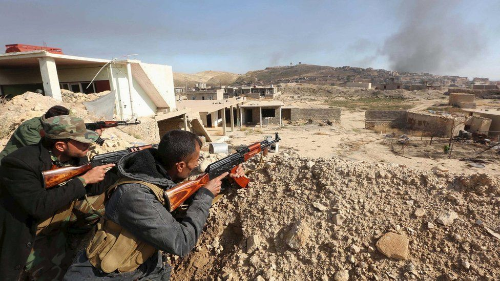 Iraqi Kurdish forces take part in an operation to retake the northern Iraqi town of Sinjar (12 November 2015)