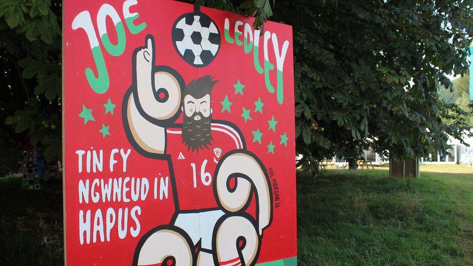 Teyrnged i'r chwaraewr pel-droed Joe Ledley - dal yn arwr er nad yn dderwydd // An Eisteddfod tribute to Wales football star Joe Ledley