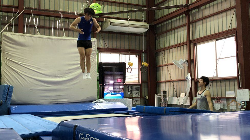 Trampolinist trains with Tetsuya Sotomura (right)