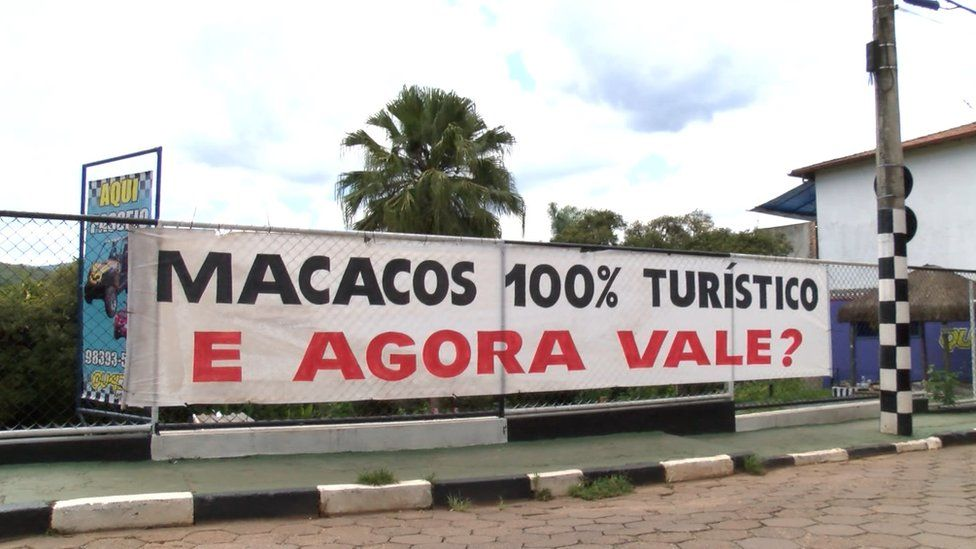 A sign in Macacos