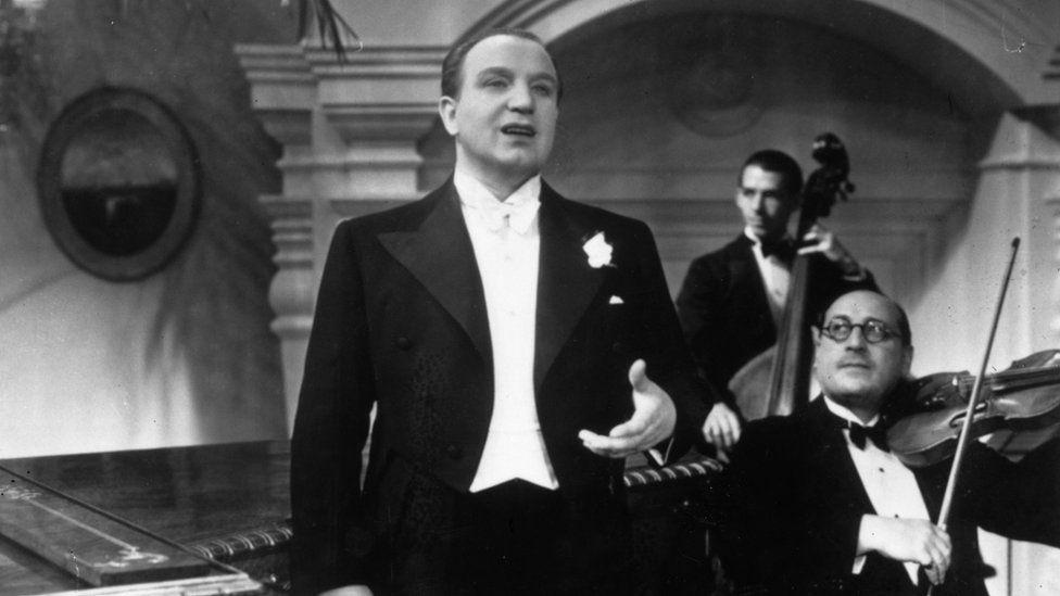 Austrian tenor, Richard Tauber, sings