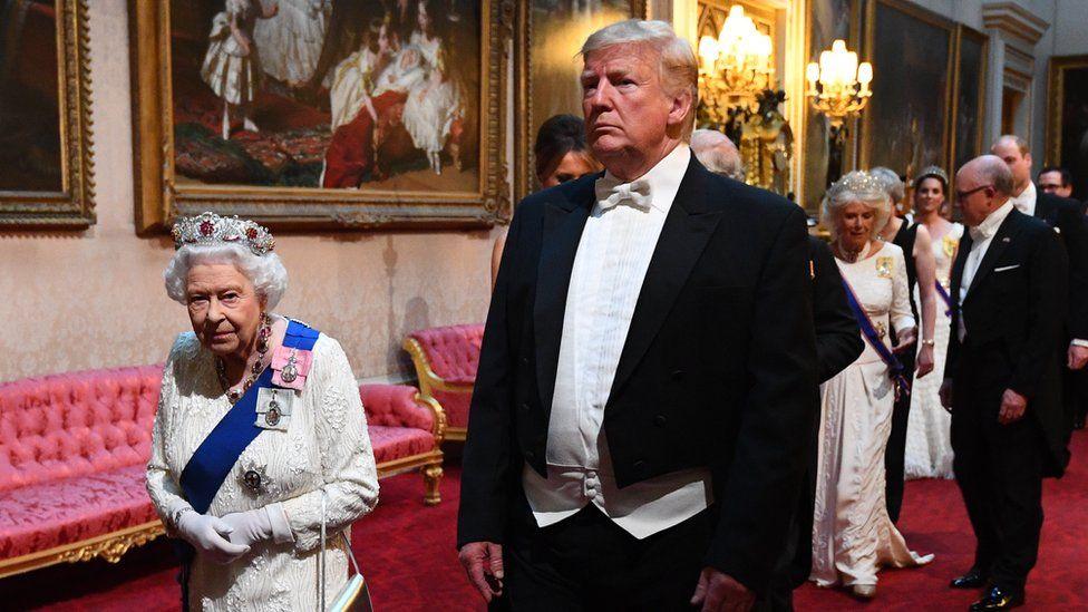 La Reina y Donald Trump llegando al banquete de estado en el Palacio de Buckingham.