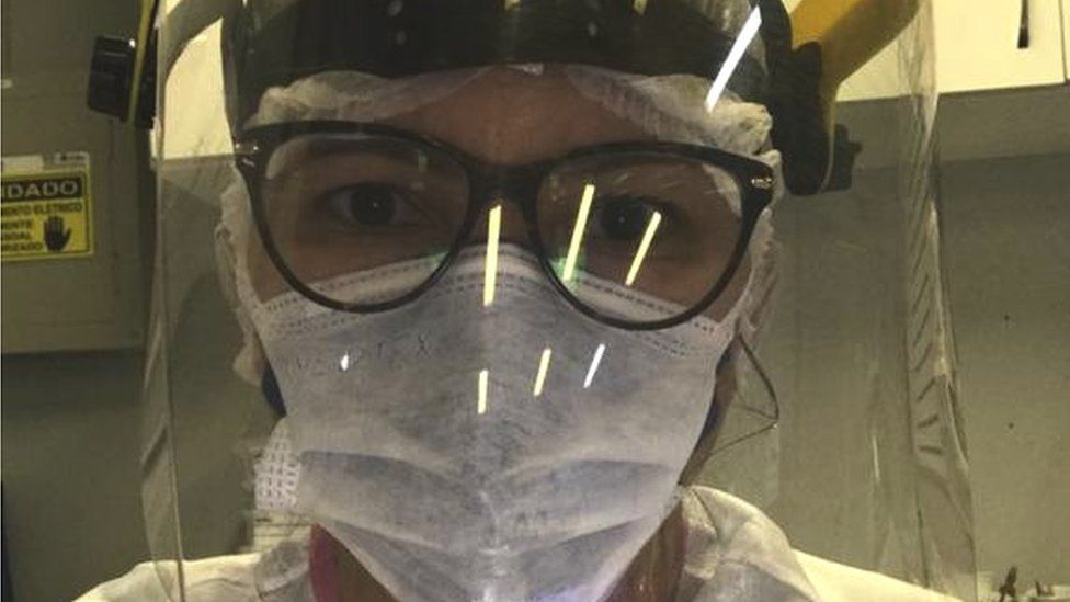 Elaine Oliveira posted on Instagram a picture in which she is wearing full protective gear