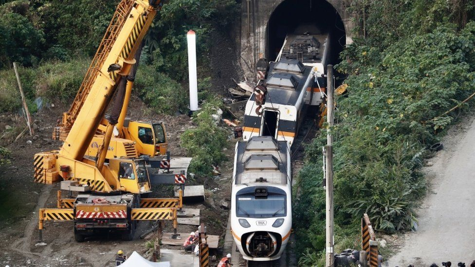 Salvage crews remove train carriages north of Hualien Taiwan 3 April 2021