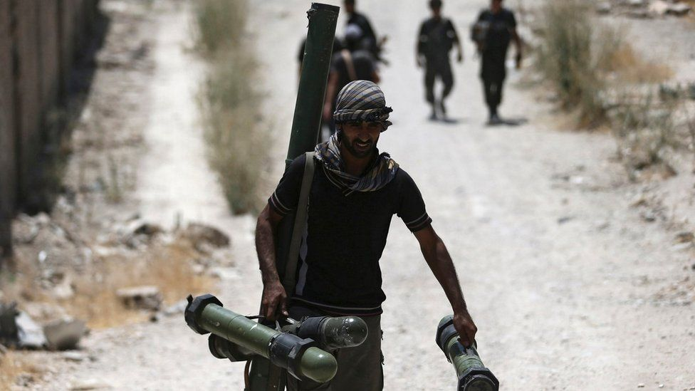A fighter from the rebel Free Syrian Army walks towards the frontline in the Damascus suburb of Jobar (27 July 2015)