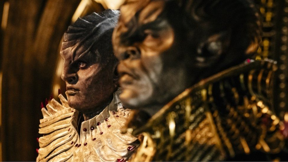 L'Rell, played by Mary Chieffo, and T'Kuvma, played by Chris Obi