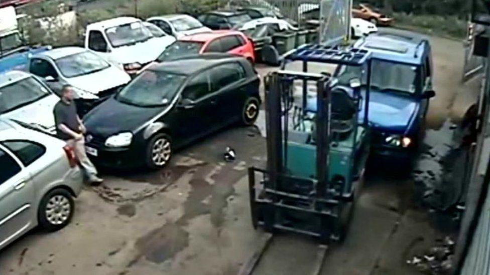 delweddau CCTV y garej
