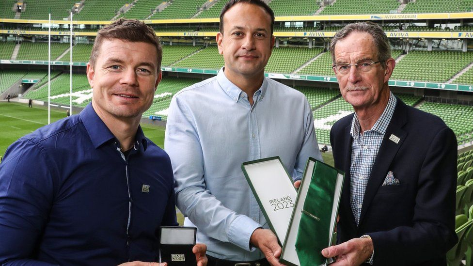 Brian O'Driscoll, Taoiseach Leo Varadkar and Dick Spring, Chairman of the Ireland 2023 Oversight Board, prepare to submit the bid